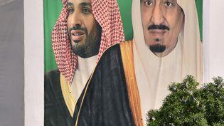 Le roi Salmane et son fils héritier le prince Mohammed ben Salmane sur une affiche datée du 18 octobre 2018, à Riyad (Arabie saoudite). (FAYEZ NURELDINE / AFP)