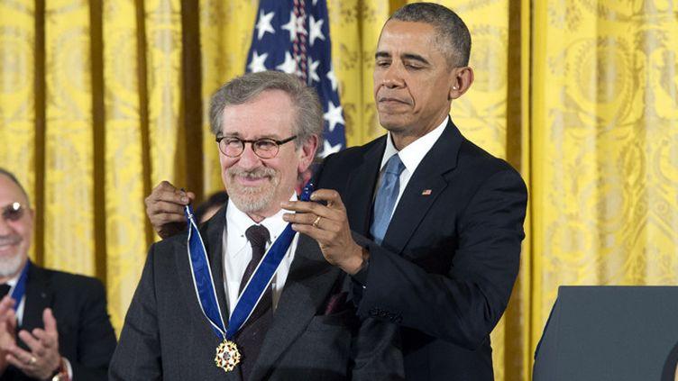 """Steven Spielberg reçoit la """"Médaille de la Liberté"""" des mains de Barack Obama à la Maison Blanche (24 novembre 2015)  (EPA / Michael Reynolds / MaxPPP)"""