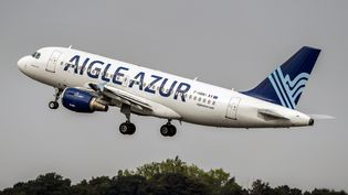 Un Airbus A319 d'Aigle Azur décolle de l'aéroport de Lille-Lesquin, le 25 août 2017. (PHILIPPE HUGUEN / AFP)