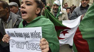 Manifestation à Alger contre l'élection présidentielle du 12 décembre organisée par le régime. Une partie de la population ne veut plus d'un simulacre d'élections et réclame une véritable démocratie. (RYAD KRAMDI / AFP)