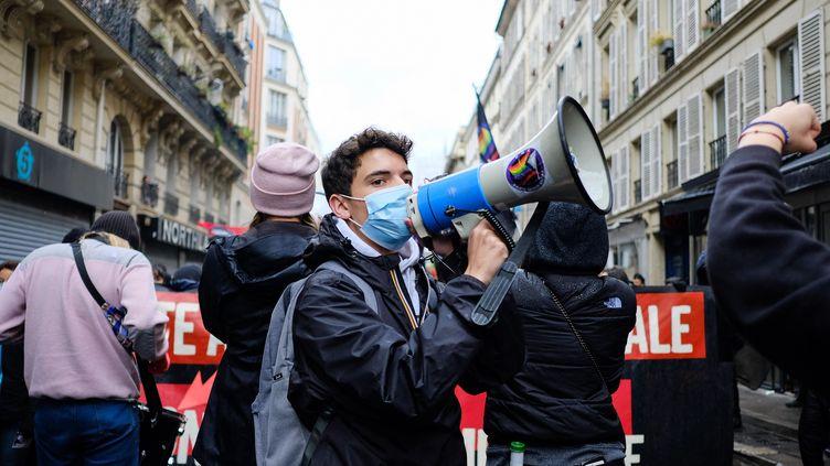 Une manifestation contre les idées de l'extrême droite, le 10 avril 2021 à Paris. (VINCENT KOEBEL / NURPHOTO / AFP)