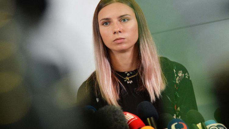 L'athlète olympique biélorusse Krystsina Tsimanouskaya lors d'une conférence de presse à Varsovie, en Pologne, le 5 août 2021. (LECH SOCHACKI / SPUTNIK / AFP)