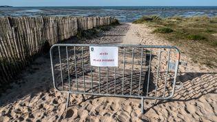 Un accès barré à une plage de l'île de Ré, le 18 mars 2020. (XAVIER LEOTY / AFP)