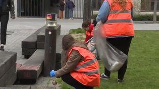 """Une """"clean walk"""" consiste à se regrouper pour nettoyer un site saturé de déchets. Les participants immortalisent les lieux grâce à un cliché avant et après posté sur les réseaux sociaux. (FRANCE 2)"""