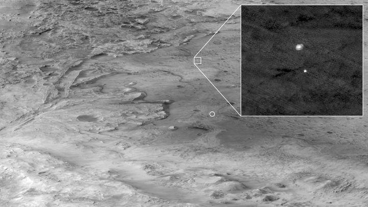 Une photo prise par la sondeMRO en orbite autour de Mars, montrantla descente du robot Perseverance sur la planète rouge, le 18 février 2021. (HANDOUT / NASA / JPL-CALTECH / UNIVERSITY OF A)
