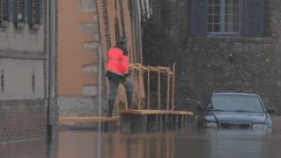Dans le département de l'Yonne, les inondations se poursuivent ce jeudi 25 janvier. À Villeneuve-sur-Yonne, les habitants ne cachent pas leur inquiétude. (France 2)