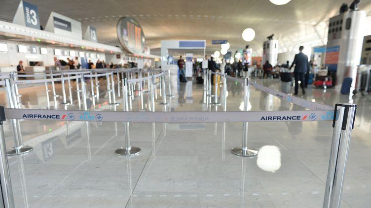 """Des comptoirs d'Air France vides à l""""aéroport Roissy-Charles De Gaulle le 15 septembre 2014, jour de grève des pilotes (MUSTAFA YALCIN / ANADOLU AGENCY / AFP)"""
