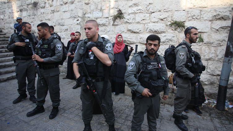 Des forces de sécurité israéliennes procèdent à des contrôles d'identité et fouillent des sacs devant la porte des Lions, à Jérusalem-Est, le 20 juillet 2017. (MOSTAFA ALKHAROUF / ANADOLU AGENCY / AFP)