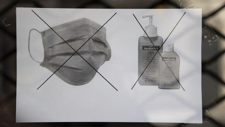 Les pharmacies affichent le message suivant : plus de masques de protection et plus de gel hydroalcolique. Mars 2020 (SYSPEO/SIPA)