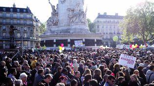 Des supporters de Hamon réunis place de la République pour le meeting du candidat du PS, le 19 avril 2017, à Paris. (MARTIN BUREAU / AFP)