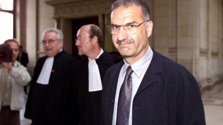 """Le juge Albert Lévy, ici le 29 septembre 2000 au tribunal de Paris lors du procès des magistrats Georges Fenech et Alain Terrail pour """"injures raciales"""" à son encontre, a été cette fois visé par une demande de récusation. L'avocat à l'origine de la demande a été radié. (DANIEL JANIN / AFP)"""