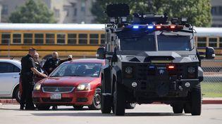 Des policiers sur le parking de l'école secondaire Timberview après une fusillade, le 6 octobre 2021 à Arlington, au Texas. (STEWART F. HOUSE / GETTY IMAGES NORTH AMERICA  / AFP)
