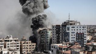 L'immeuble abritant les locaux des médias Al-Jazeera et Associated Press à Gaza est détruit par une frappe israélienne, le 15 mai 2021. (ALI JADALLAH / ANADOLU AGENCY / AFP)