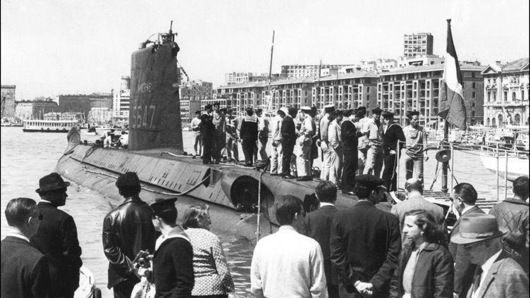 """Le sous-marin """"La Minerve"""", dans le port de Marseille, en 1965. (STF / AFP)"""