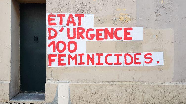 Une affiche contre les fémincides, le 5 septembre 2019. (AMAURY CORNU / HANS LUCAS / AFP)