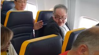 Un passager a proféré des insultes racistes à l'encontre de sa voisine à bord d'un vol Ryanair qui reliait Londres à Barcelone, le 19 octobre 2018. (DAVID LAWRENCE / YOUTUBE) (CAPTURE D'ÉCRAN YOUTUBE)