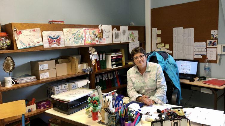 Cécile Bouchet, directrice d'une école dans la commune duNeubourg (Eure). (NOÉMIE BONNIN / RADIO FRANCE)