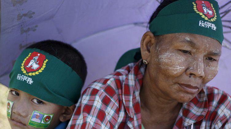 Aux couleurs de leur formation politique, ils écoutent le discours d'un candidat du USDP, proche de l'ancienne junte militaire qui a dirigé le pays pendant plusieurs décennies. Ses responsables se veulent confiants en dépit de la popularité de l'iconique leader de l'opposition birmane,Aung San Suu Kyi. La formation de la prix Nobel de la Paix, laLigue nationale pour la démocratie(LND), est donnée favorite.Un député de son parti a été poignardé le 29 octobre 2015 à Rangoun, la capitale économique du pays, une attaque qui constitue«le pire des cas de toute la campagne»,selon un porte-parole du LND. (REUTERS/Soe Zeya Tun)