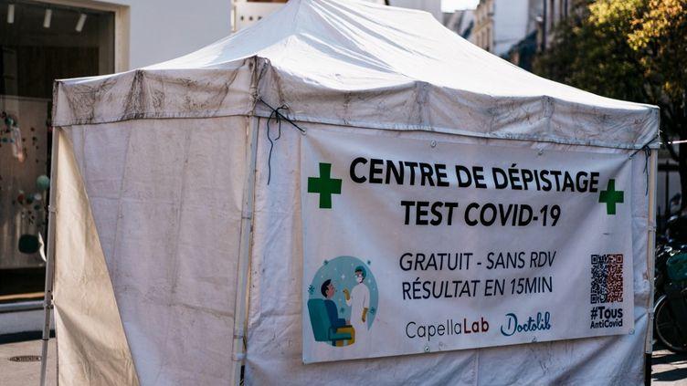 Un centre de dépistage du Covid-19 à Paris, le 19 avril 2021. (XOSE BOUZAS / HANS LUCAS / AFP)