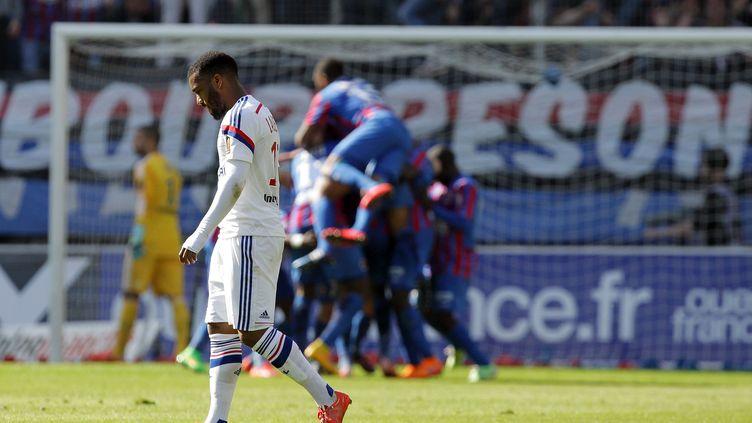 Le Lyonnais Alexandre Lacazette dépité après un but marqué par Caen, le 9 mai 2015, au stade Michel d'Ornano à Caen (Calvados). (CHARLY TRIBALLEAU / AFP)