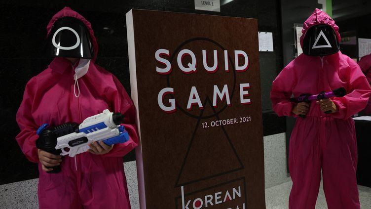 """Lors d'un événement au centre culturel coréen d'Abu Dhabiautour de la série à succès de Netflix """"Squid Game"""", le 12 octobre 2021. (GIUSEPPE CACACE / AFP)"""