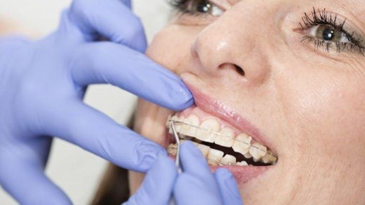 Une femme chez le dentiste (photo d'illustration). (MICROGEN IMAGES / SCIENCE PHOTO LI / SMD)
