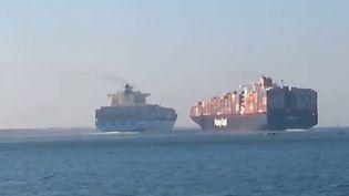 Capture d'écran montrant la collision de deux porte-conteneurs dans le canal de Suez (Egypte), le 29 septembre 2014. (POLICE IN PORT SAID / YOUTUBE)