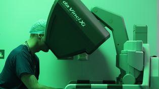 Un chirurgien réalise une opération robotisée complexe pour enlever une tumeur de l'œsophage au Royal Marsden Hospital deLondres, le 10 janvier 2018. (DANIEL LEAL-OLIVAS / AFP)