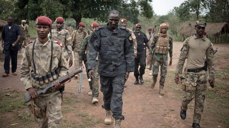 """Le leader du groupe armé """"Unité pour la paix en Centrafrique"""" (UPC), Ali Darassa, entouré de ses hommes dans la ville de Bokolobo près de Bambari, le 16 mars 2019. (FLORENT VERGNES / AFP)"""