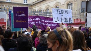 Un rassemblement contre les violences gynécologiques s'est déroulé samedi 2 octobre devant l'hôpital Tenon à Paris. (OLIVIER ARANDEL / MAXPPP)