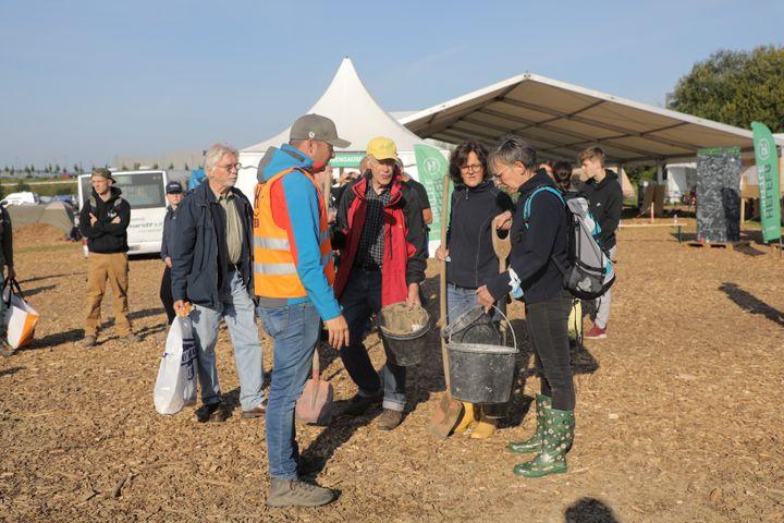 Thomas Pütz échange avec des bénévoles aidant les sinistrés dans la vallée de l'Ahr, le 25 août 2021 à Grafschaft (Allemagne). (VALENTINE PASQUESOONE / FRANCEINFO)