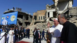 Le pape François salue les fidèles à son arrivée à Mossoul (Irak), le 7 mars 2021. (VATICAN MEDIA / AFP)