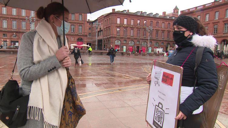 Une étudiante toulousaine s'est déguisée en femme-sandwich avec un QR code à flasher pour lire son CV. (FRANCEINFO)