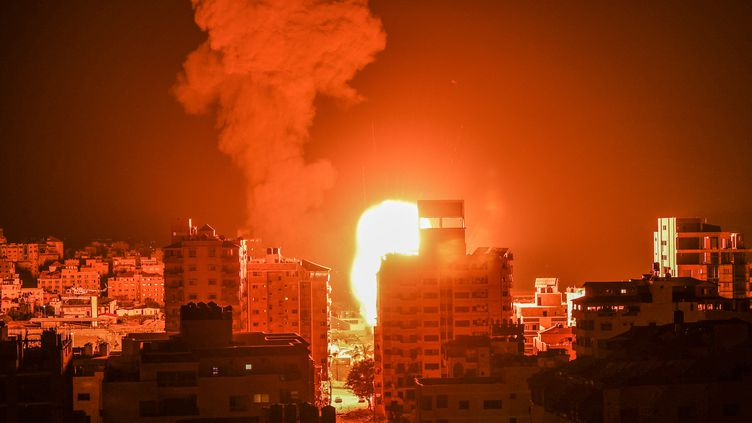 Des frappes israéliennes tombent sur des bâtiments de la bande de Gaza, le 17 mai 2021. (MAHMUD HAMS / AFP)