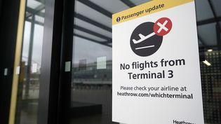 Le terminal 3 de l'aéroport londonien d'Heathrow est fermé, le 21 décembre 2020, après les décisions prises par plusieurs pays de fermer leurs frontières avec le Royaume-Uni. (NIKLAS HALLE'N / AFP)