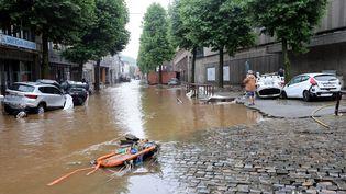 Une rue inondée dans la ville belge de Verviers après les fortes pluies et les inondations qui ont frappé l'Europe de l'ouest,15 juillet 2021. (FRANCOIS WALSCHAERTS / AFP)