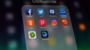Plusieurs applications de réseaux sociaux sur l'écran d'un smartphone. (NATALIA SELIVERSTOVA / SPUTNIK)