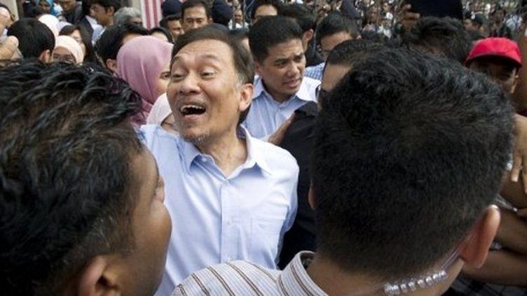 Anwar Ibrahim, au milieu de ses partisans le 9 janvier 2012, vient d'apprendre qu'il est acquitté (AFP - Saeed Khan)