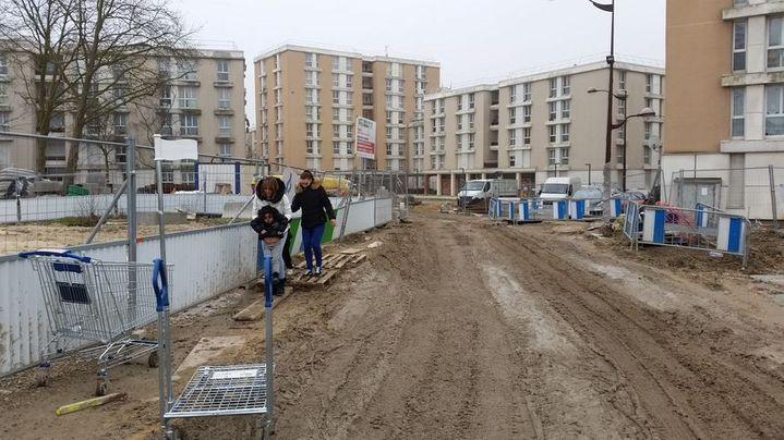 Des habitants du quartier des Hautes-Noues, à Villiers-sur-Marne, en travaux depuis deux ans. (VIRGINIE PIRONON / RADIO FRANCE)