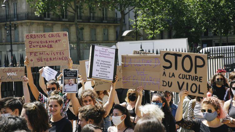 Une manifestation contre la nomination de Gérald Darmanin au ministère de l'Intérieur, place de la Madeleine à Paris, le 7 juillet 2020. (TAY CALENDA / HANS LUCAS)