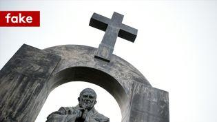 La croix qui surplombe la statue de Jean-Paul II, à Ploërmel, devra être enlevée, sur décision du Conseil d'État, rendue le 25 octobre. (DAMIEN MEYER / AFP)