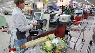 Une cliente paie ses achats en caisse automatique dans un hypermarché de Rennes, en septembre 2008. (MARCEL MOCHET / AFP)