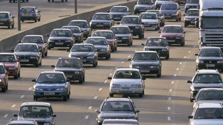 Des voitures sur une autoroute britannique, le 30 septembre 2015. (JOHN MILLER / ROBERT HARDING HERITAGE / AFP)