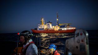 L'Aquarius le 26 décembre 2017, lors d'une opération de sauvetage au large des côtes libyennes. (FEDERICO SCOPPA / AFP)
