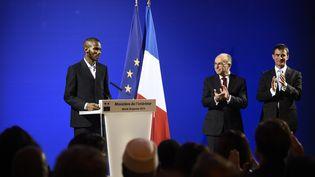 Lassana Bathily lors de son discours au ministère de l'Intérieur, à Paris, le 20 janvier2015. (ERIC FEFERBERG / AFP)