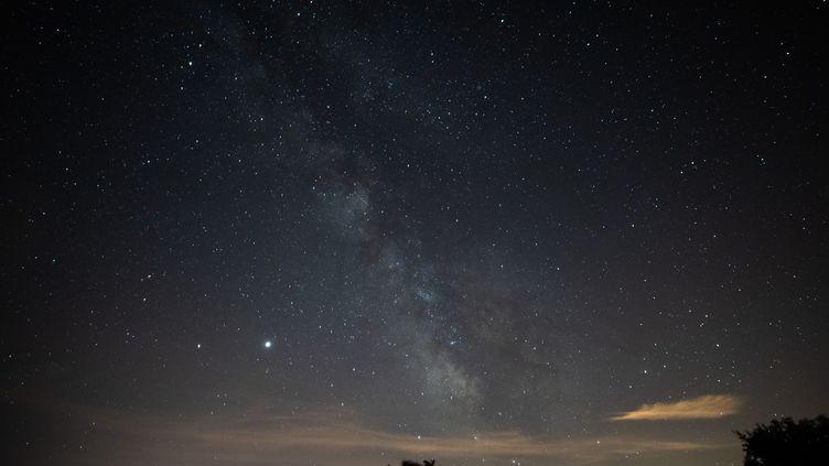 Une photo prise le 15 juillet 2020 montre la Voie lactée à Saint-Michel-L'Observatoire, dans les Alpes-de-Haute-Provence. (CLEMENT MAHOUDEAU / AFP)