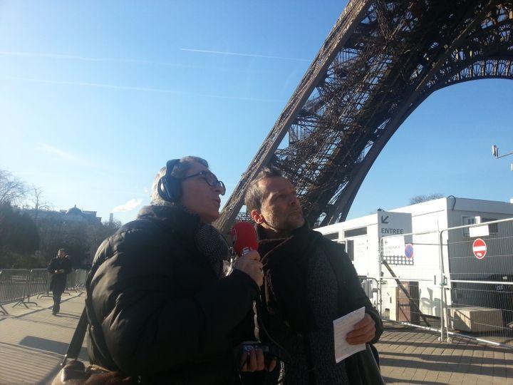 Michel Despratx et Benoît Collombat au pied de la Tour Eiffel, lieu du rendez-vous secret entre Djouhri et Béchir Saleh le 3 mai 2016. (Elodie Guéguen/Radio France)