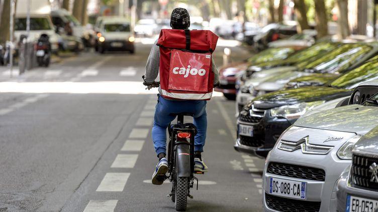 Un livreur Cajoo à vélo à Lyon (Rhone). (MAXIME JEGAT / MAXPPP)
