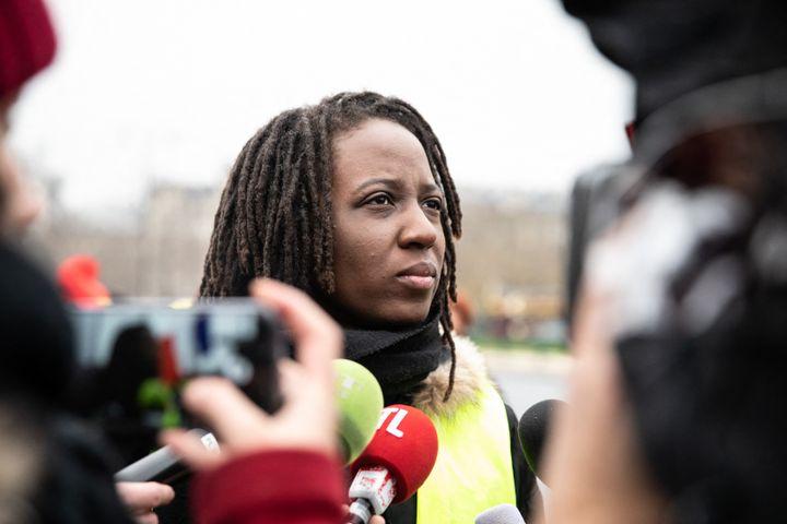 """L'une des figures des """"gilets jaunes"""", Priscillia Ludosky, interviewée lors d'une manifestation à Paris, le 20 janvier 2019. (LAURE BOYER / HANS LUCAS / AFP)"""