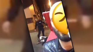 Capture d'écran de la vidéo virale sur Twitter montrant des violences policières (TWITTER)